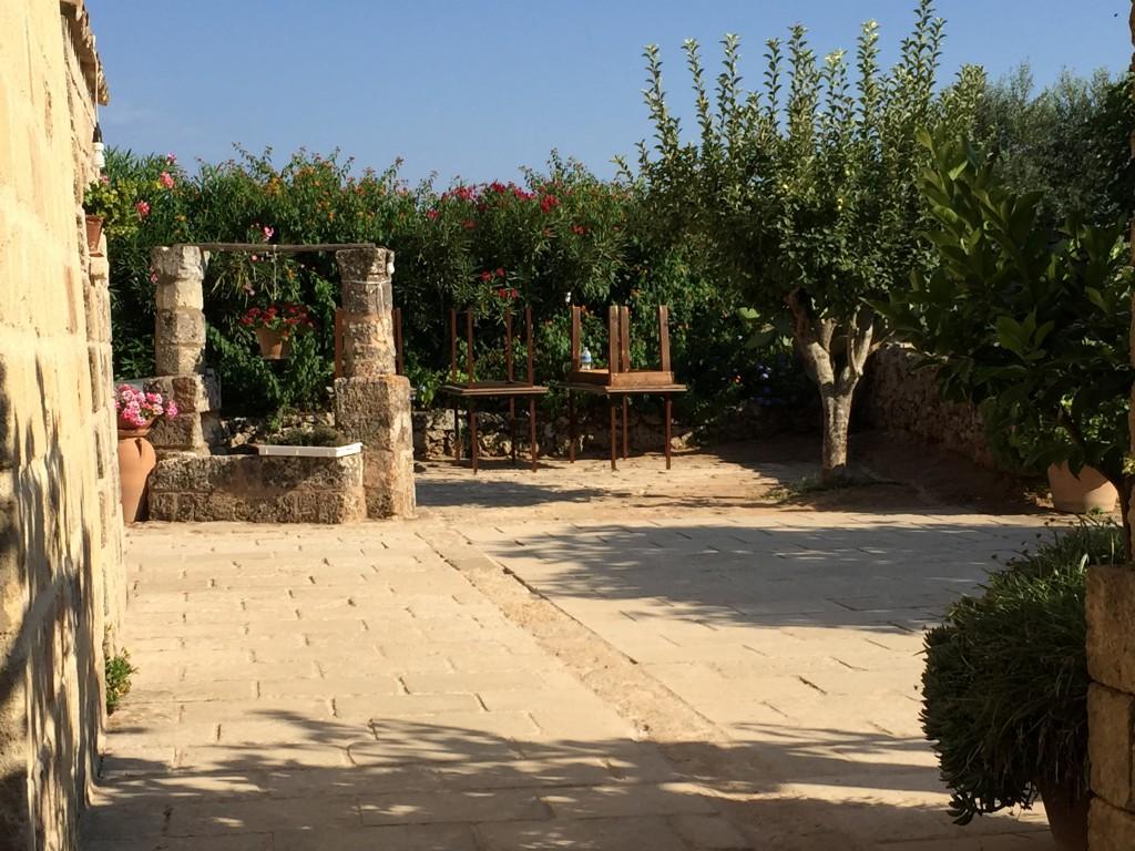 La Masseria Le Stanzie, in provincia di Lecce, Un luogo esclusivo, tra piantagioni di tabacco e bouganville: è il set scelto da NonAprireQuellArmadio per la prossima collezione Autunno Inverno 2015-16.